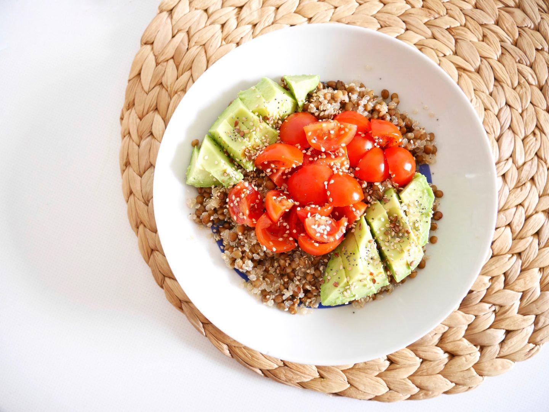 Salade lentilles, quinoa, tomates et avocat