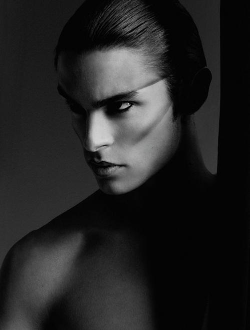 Baptiste Giabiconi, Vogue, Allemagne, 2009, impression acrylique sur aluminium © Karl Lagerfeld