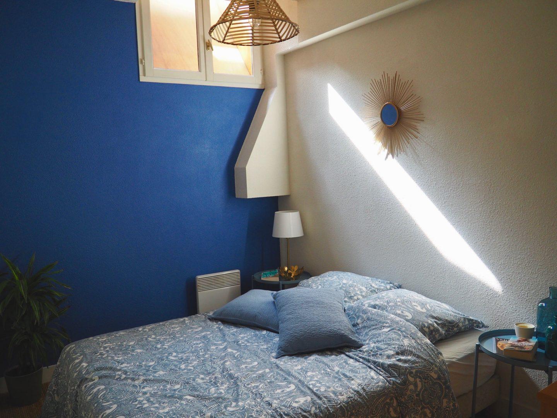 Inspirations décoration pour une chambre bleue nuit et bois