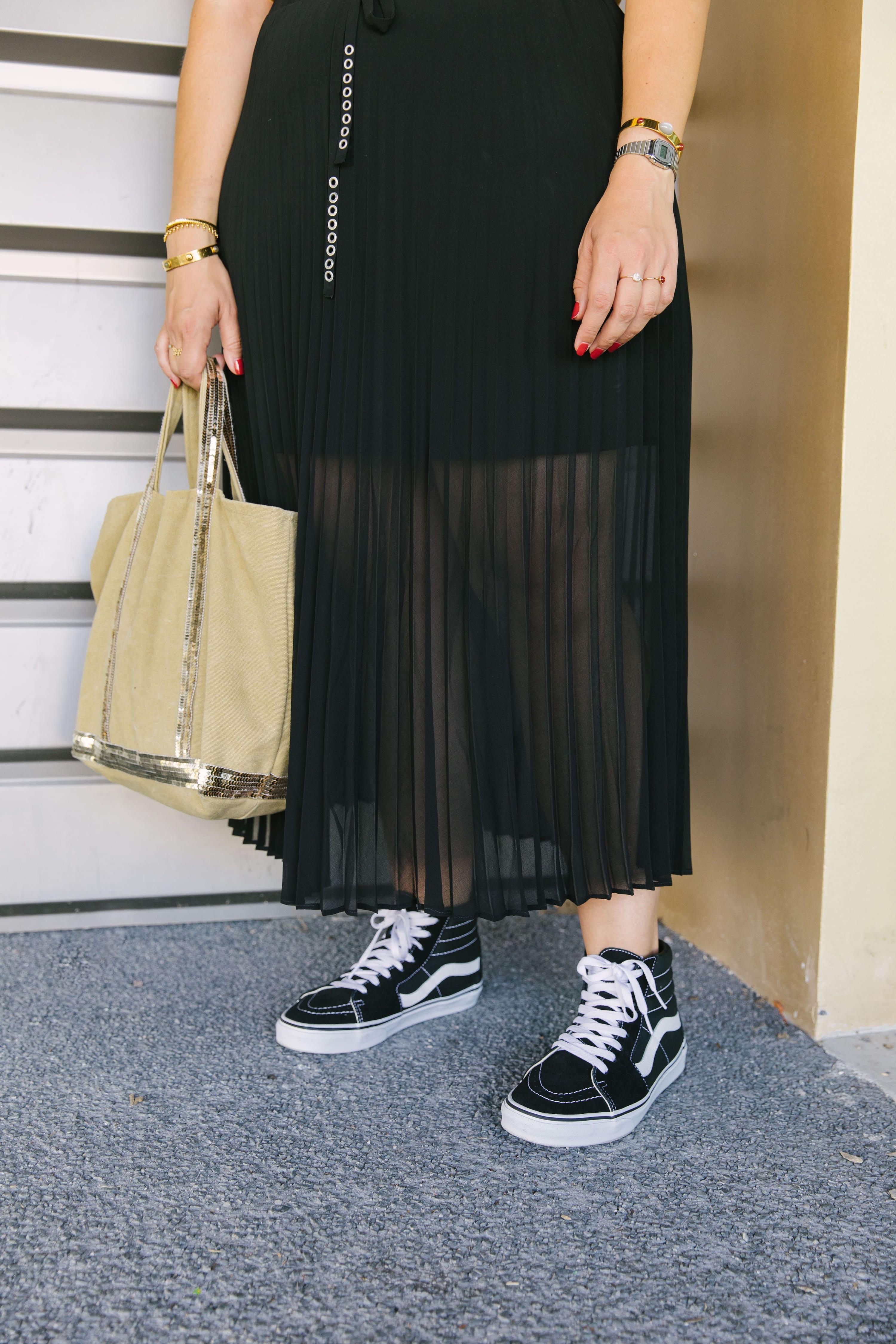 design intemporel de1fe 88d3e Un look mode d'automne en jupe longue plissée et tee-shirt IKKS