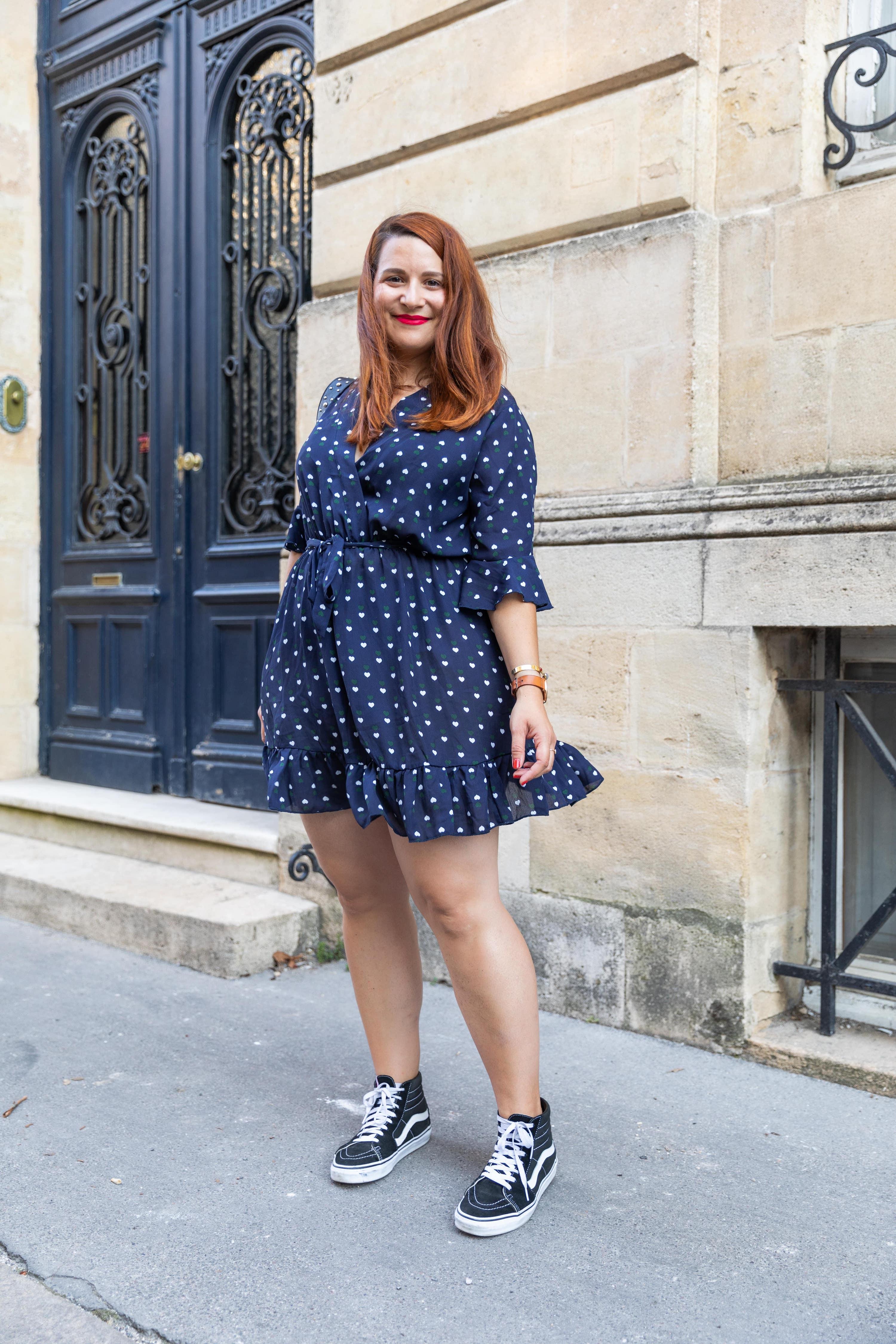 Un look mode d'été en robe bleue Boohoo Plus et baskets Vans