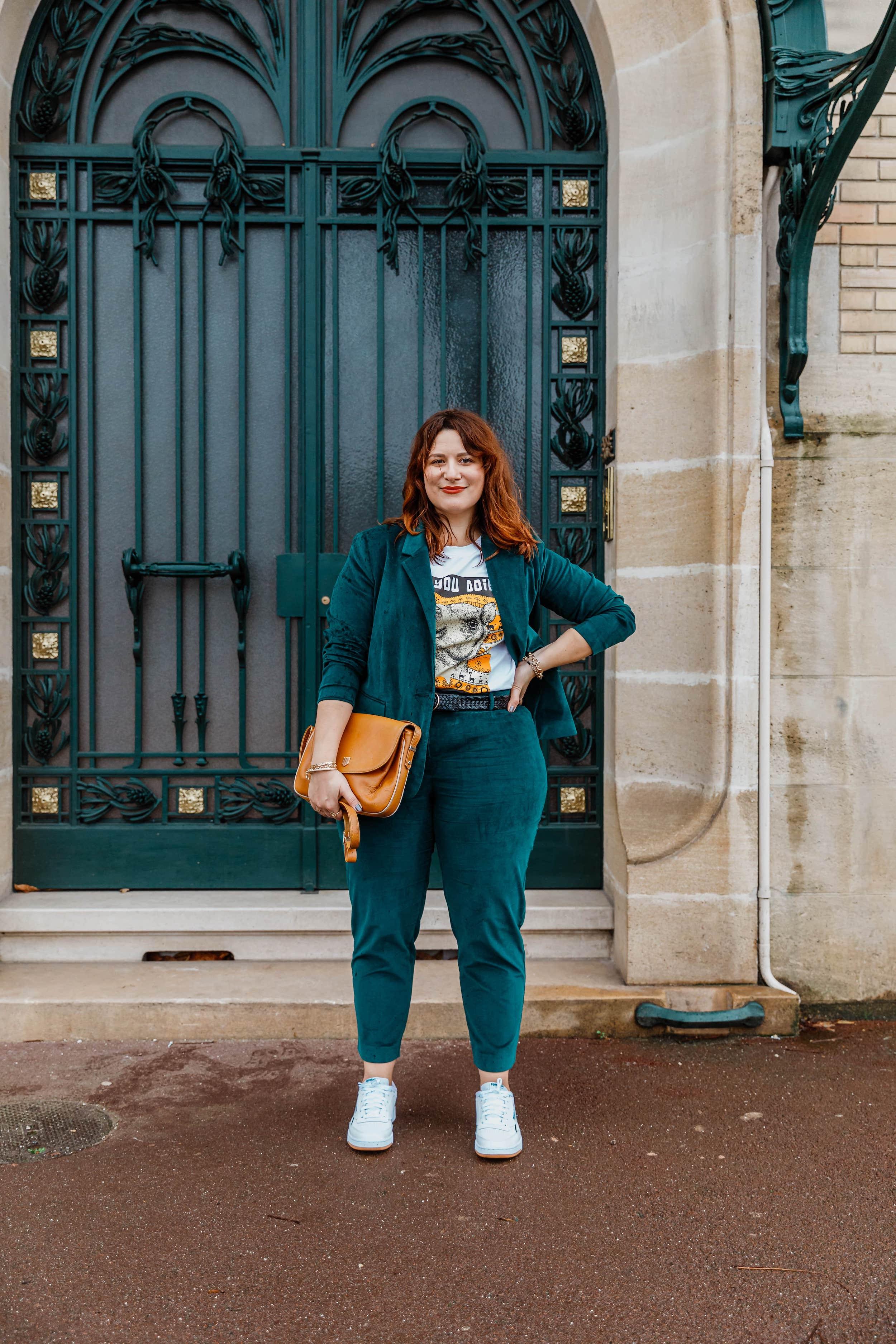 costume-velours-vert-et-baskets